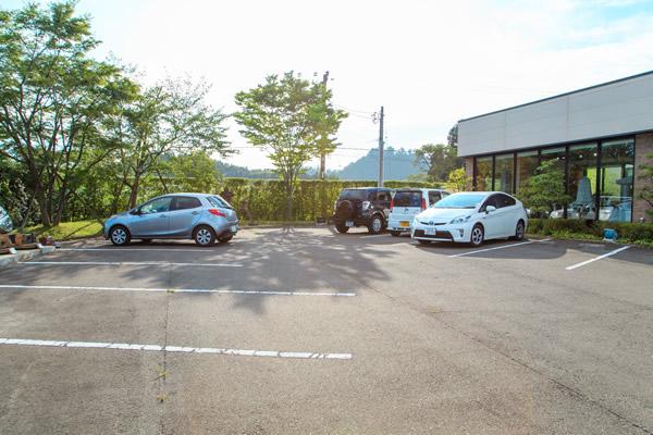 12台分の駐車場がありますので、ゆっくりとご駐車いただけます。