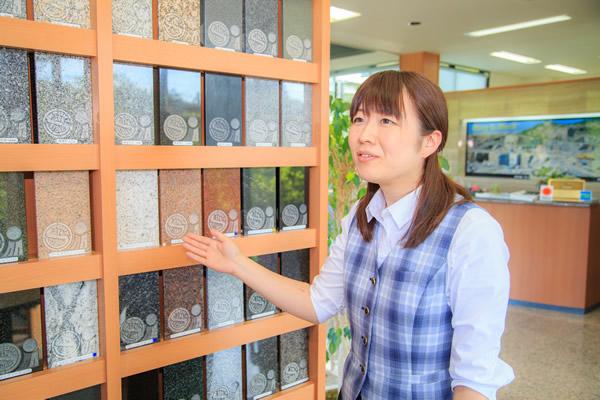 世界各国の100種類以上の銘石を展示しています。 宮城県内最大級の石の選択が可能です。お好きな色や種類、性質の石を目で見て選んでいただけます。