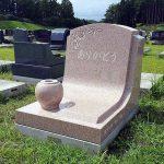 アメリカ産ソールズベリーのすてきなデザイン墓石が完成しました。いずみ墓園芝生墓地にて