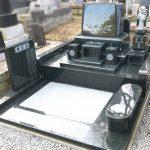 仙台市泉区のお寺様墓地にて、インド産M1H(緑御影)の洋型墓石へ建て替え。ファントーニ彫刻のユリの花が美しい、高級感あるお墓