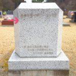 10年前に建てさせていただいたお墓への追加彫刻のご依頼。アメリカ産ベセルホワイトとブロンズ彫刻のお墓、仙台市立いずみ墓園芝生墓地にて