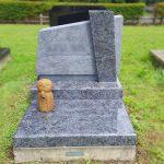 仕上げの違いで濃淡を表現したインド産マハマブルーのデザイン墓。深みのある質感のファントーニブルーイング仕上げ、仙台市いずみ墓園